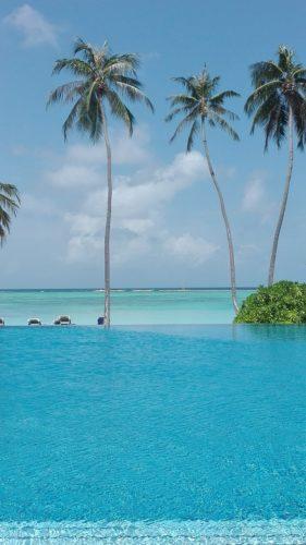 Malediven-Infinitypool-tuerkisfarbenes-Wasser