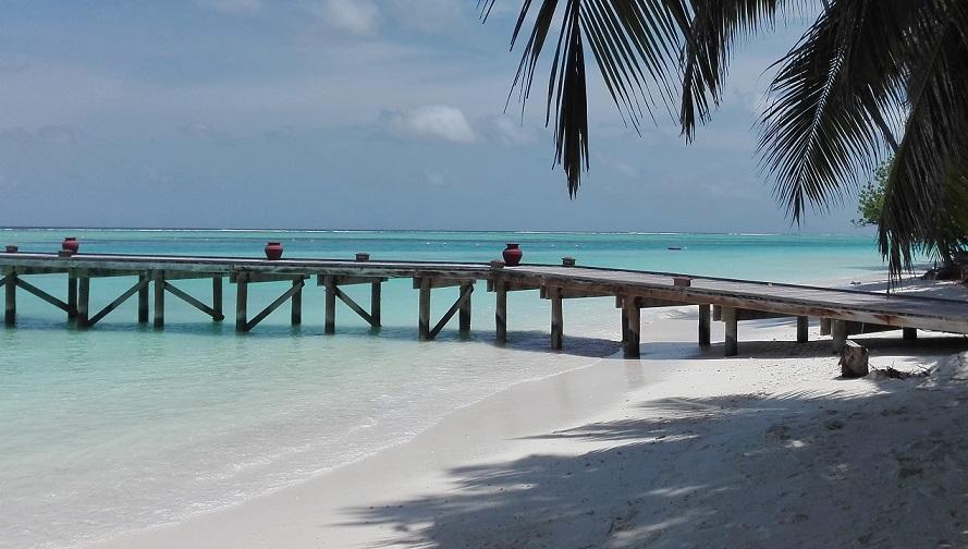 Malediven-Steg-ins-tuerkisfarbene-Meer